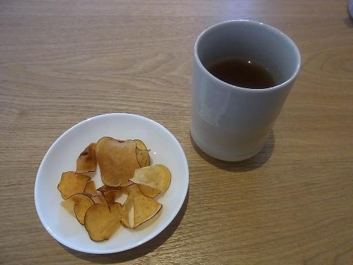お茶とサツマイモチップ