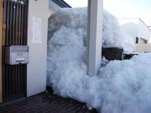 150224玄関脇残雪