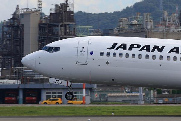 JL B737-846 JA325J RJOM 150720 06
