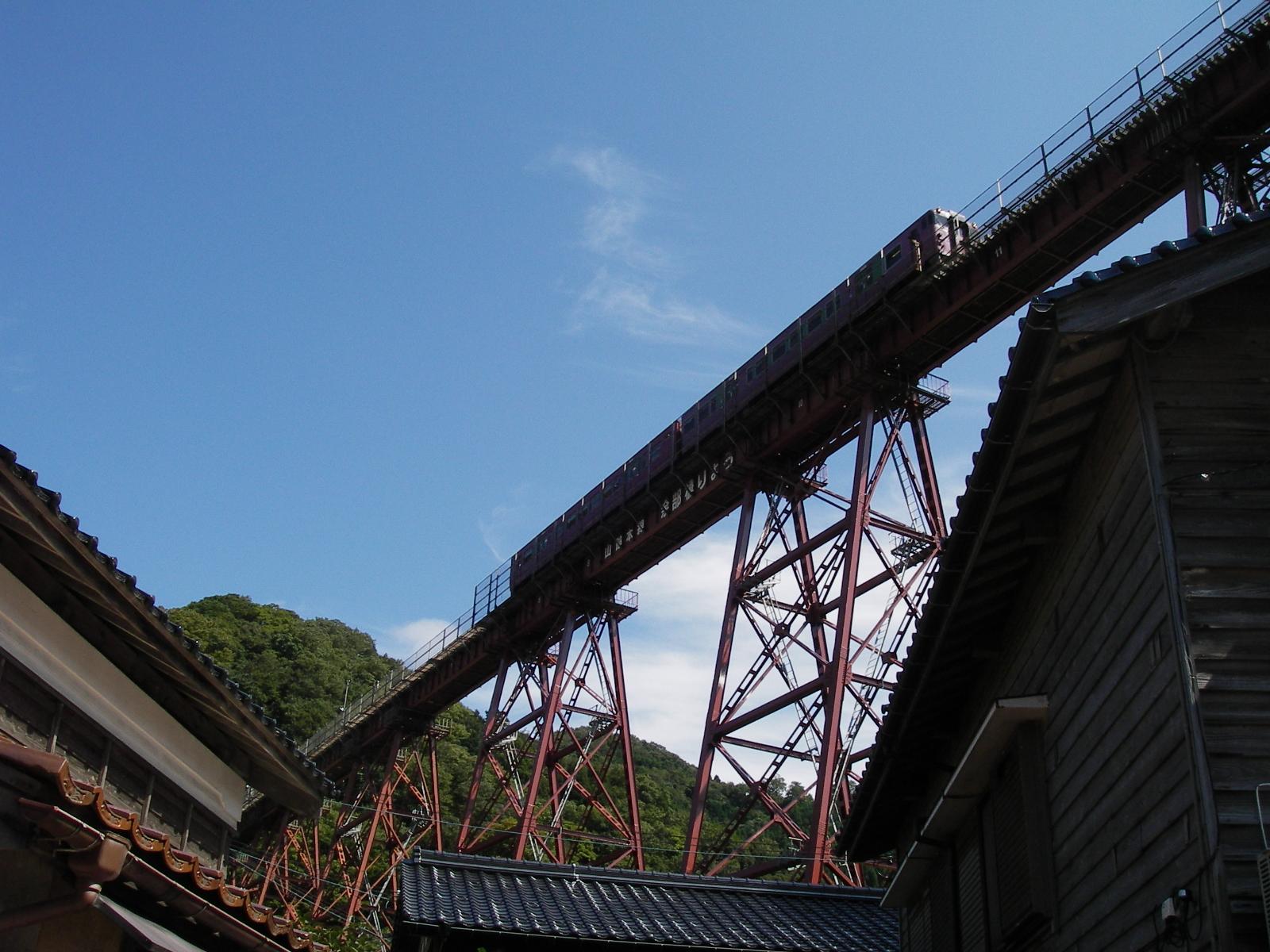 餘部鉄橋上の列車