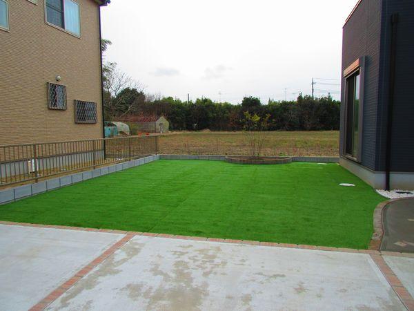 人工芝と花壇完成