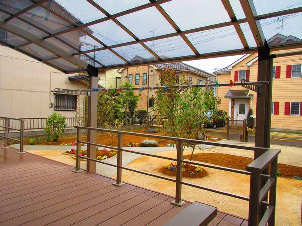 庭側デッキ・ポート屋根・園路完成