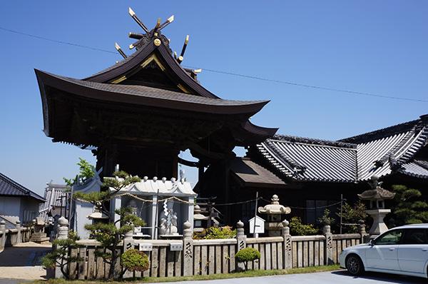 羽黒神社本殿を車お祓い所から望む