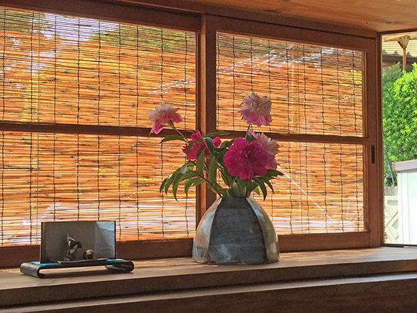 張り出し窓に飾られた五月人形と芍薬
