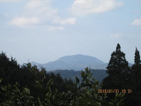 遥か遠くの三角岳と高野山
