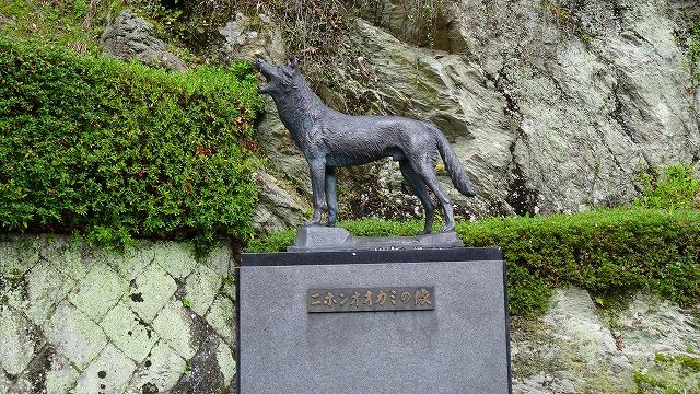 日本オオカミ像