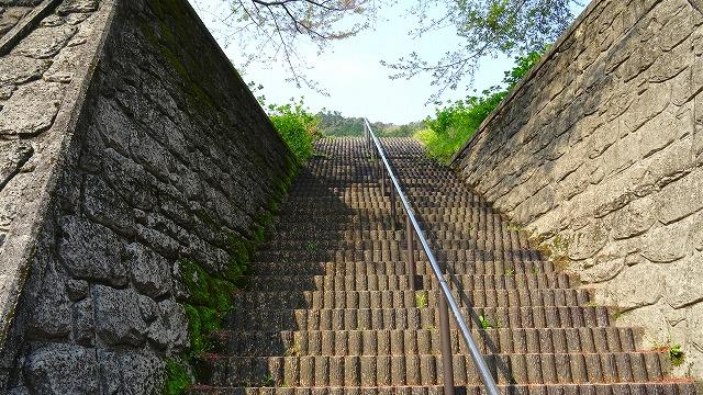 階段下から