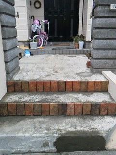 昨年の秋に、塀とスロープ工事を知り合いの業者さんに頼んでやってもらったのを機に、 思い切って階段から玄関へのアプローチと門扉をDIYすることにしました!