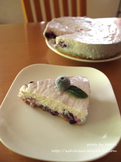 庭で摘んだブルーベリーでレアチーズケーキ