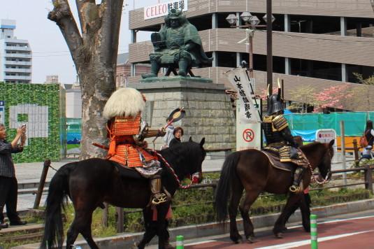 武田二十四将騎馬行列 信玄公像前 信玄公