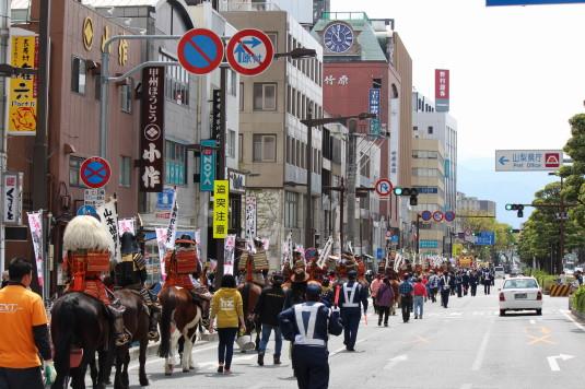 武田二十四将騎馬行列 平和通り 後ろから