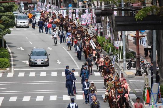 武田二十四将騎馬行列 平和通り 前から
