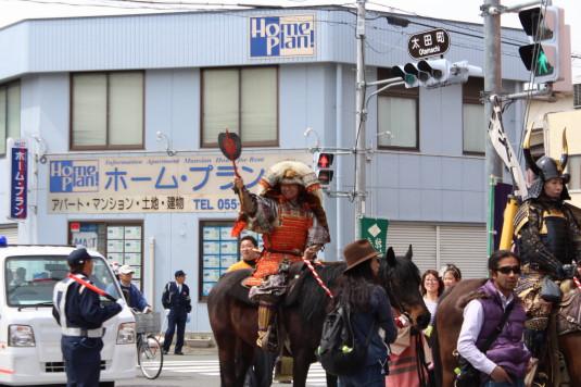 武田二十四将騎馬行列 声援に答える信玄公