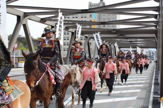 武田二十四将騎馬行列  陸橋 騎馬