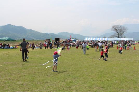 凧上げ祭り 家族連れ