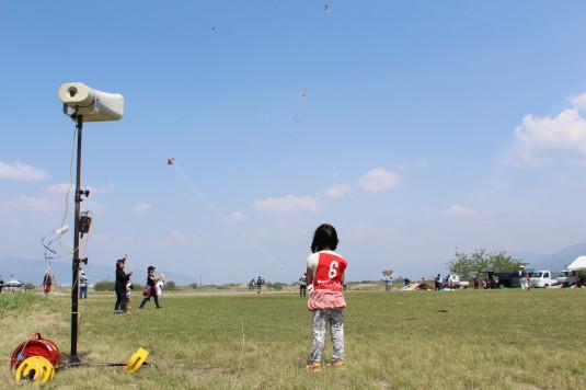 凧上げ祭り 見守る子ども