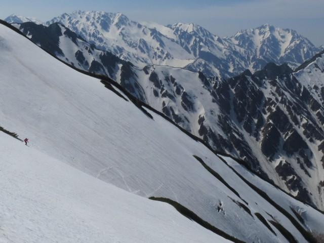 5月17日 山の王バックに滑るカマツカさん