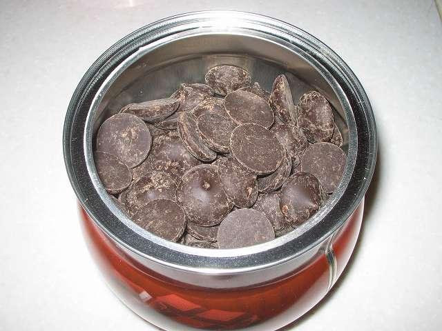 ベリーズ クーベルチュール エキストラダークチョコレート 62% 1.5kg 分をコペンハーゲン チョコチップクッキー 250g パッケージ缶(4缶)に移し替え完了