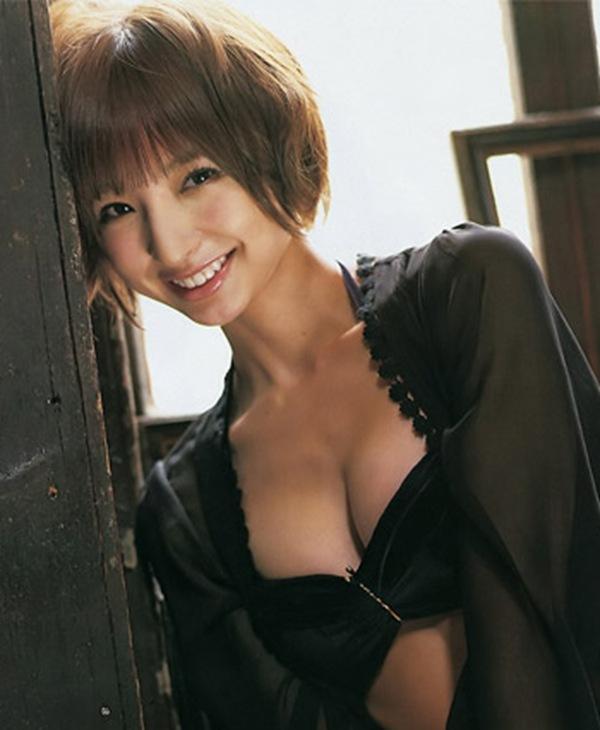 【篠田麻里子】美乳おっぱいの形が分かるエロ画像