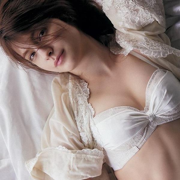 マギー】下着のおっぱいハミ乳画像