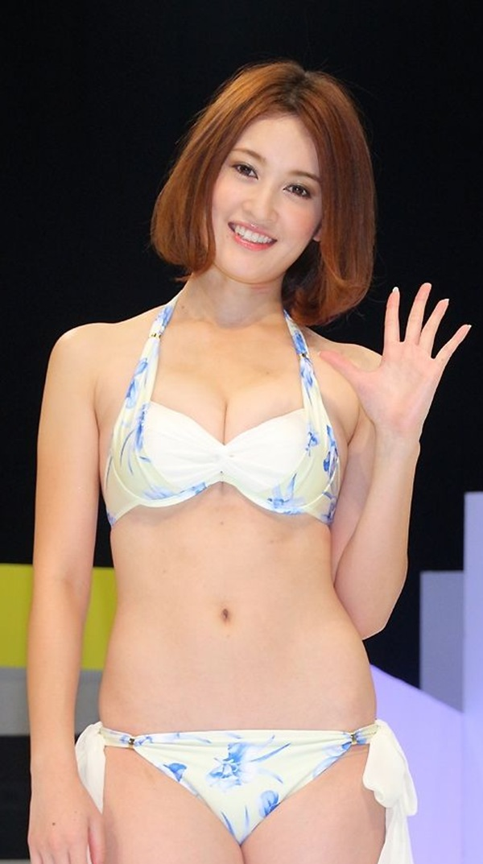 【宮沢セイラ(元乃木坂)】水着姿の巨乳おっぱいと美脚画像