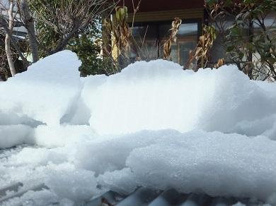 崩れ落ちた屋根の雪
